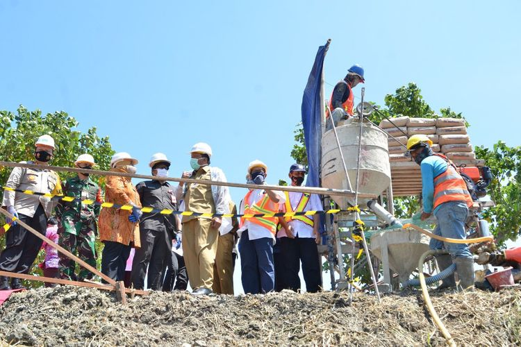 Ground breaking tanda dimulainya pembangunan tanggul di Desa Jono, Kecamatan Cerme, Gresik, Selasa (25/8/2020).