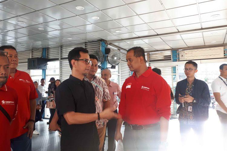 Direktur utama PT Transjakarta Agung Wicaksono (kanan) dan Direktur Operasi dan Pemeliharaan PT MRT Jakarta Muhammad Effendi(tengah) di Halte Transjakarta Harmoni, Jumat (28/12/2018).