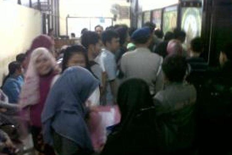 Pemohon Surat Keterangan Catatan Kepolisian (SKCK) jelang penerimaan Calon Pegawai Negeri Sipil (CPNS) berdesak-desakan di Satuan Intelkam Polrestabes Makassar, Selasa (3/9/2013).