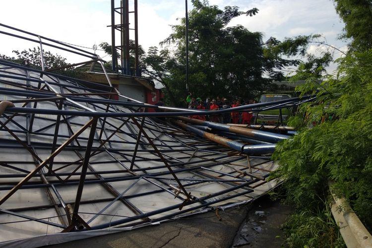 Baliho roboh akibat angin kencang di Jatibening, Senin (19/2/2018)