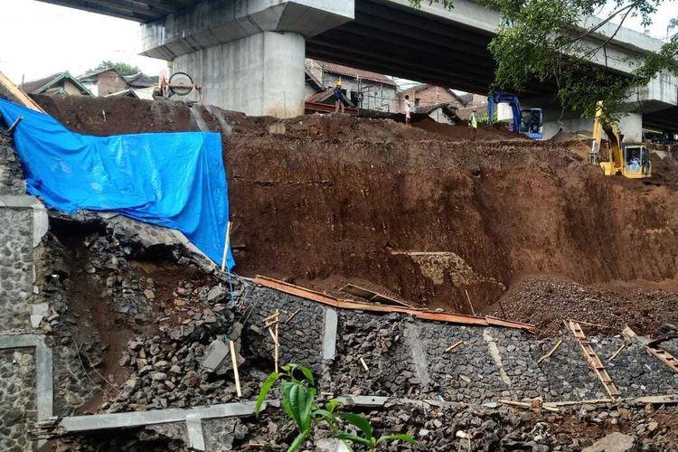 Kondisi plengsengan yang ambrol di lokasi pembangunan Jembatan Kedung Kandang, Kota Malang, Senin (23/11/2020).