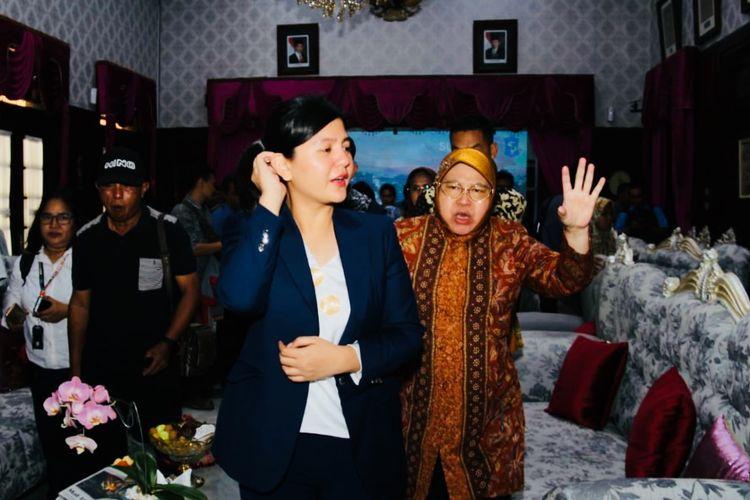 Sekjen PSSI, Ratu Tisha Destria (kiri) dan Walikota Surabaya, Tri Rismaharini (kanan) saat bertemu media seusai pertemuan tertutup di Kediaman Walikota Surabaya, Jawa Timur, Kamis (10/10/2019) siang.