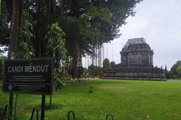 Stupa atas Candi Mendut ditutup terpal untuk antisipasi dampak abu vulkanik Gunung Merapi, Jumat (27/11/2020).