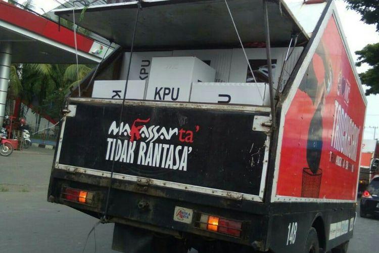 Kota suara diangkut menggunakan mobil sampah Tangkasa milik Pemerintah Kota Makassar.