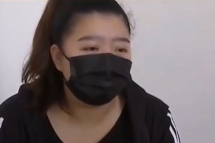 Du, seorang pelanggan restoran cepat saji KFC di China mengaku menderita luka serius di perut setelah minum disinfektan yang tak sengaja dihidangkan kepadanya.