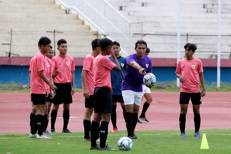 Bima Sakti pelatih Timnas Indonesia U-16 memimpin latihan bersama di Stadion Gelora Delta Sidoarjo, Jawa Timur, Jumpt (17/01/2020) sore.