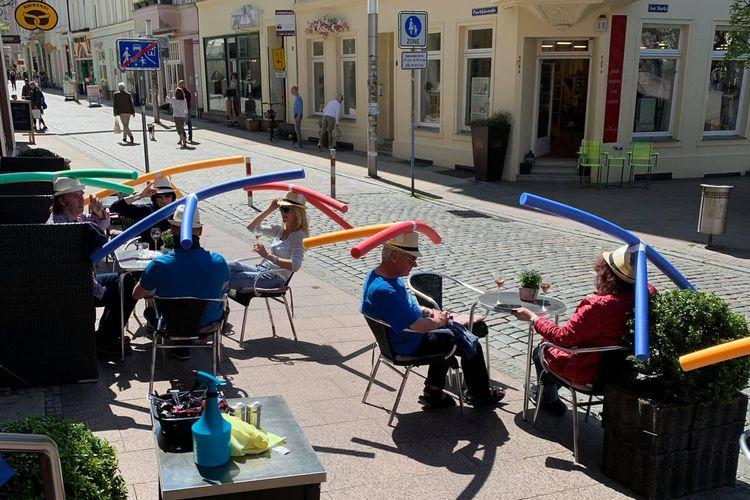 Topi yang diberikan oleh Cafe Rothe kepada pelanggannya agar saling jaga jarak, Schwerin, Jerman.