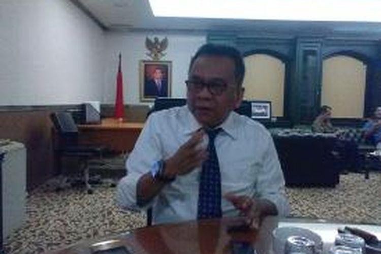 Wakil Ketua DPRD DKI Jakarta yang juga Ketua DPD Gerindra DKI Mohamad Taufik di ruang kerjanya, Senin (20/10/2014). Taufik memasang foto Ketua Dewan Pembina Partai Gerindra Prabowo Subianto di belakang meja kerjanya.