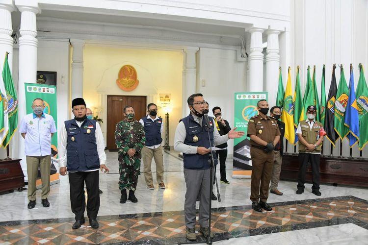 Gubernur Jawa Barat Ridwan Kamil bersama unsur Forkopimda Jabar, saat menghadiri konferensi pers di Gedung Sate, Jalan Diponegoro, Senin (29/6/2020).