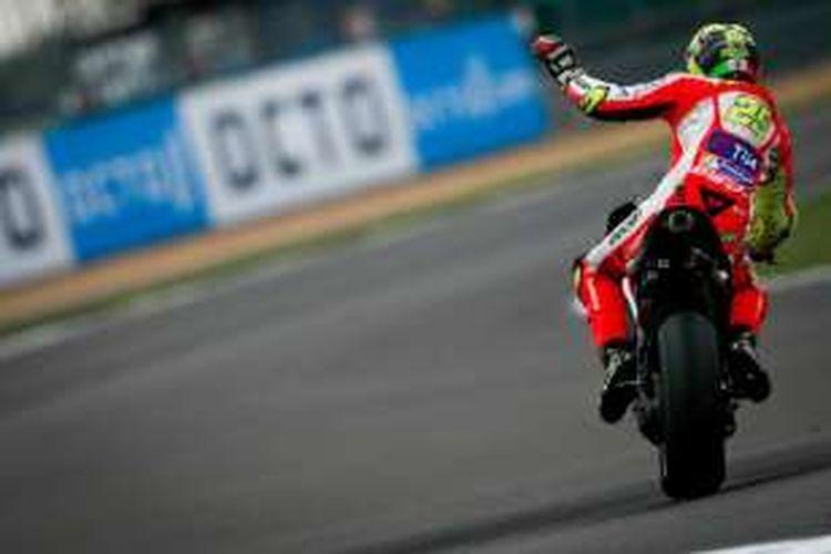 Pebalap Ducati asal Italia, Andrea Iannone, melambai kepada penggemar setelah mencatat putaran tercepat pada sesi latihan bebas kedua GP Inggris di Sirkuit Silverstone, Jumat (2/9/2016).