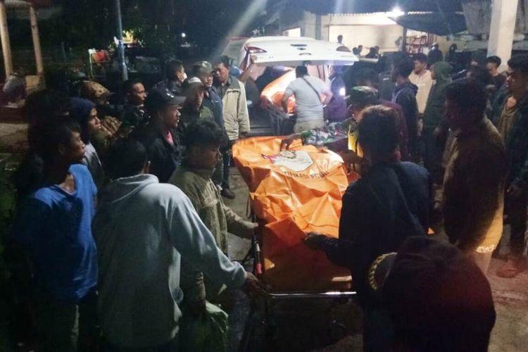 Tim SAR gabungan membawa mayat pekerja proyek drainase ke Puskesmas Tigabinanga untuk pemeriksaan luar, kemudian diserahkan kepada pihak keluarga, Kamis (28/1/2021) pagi