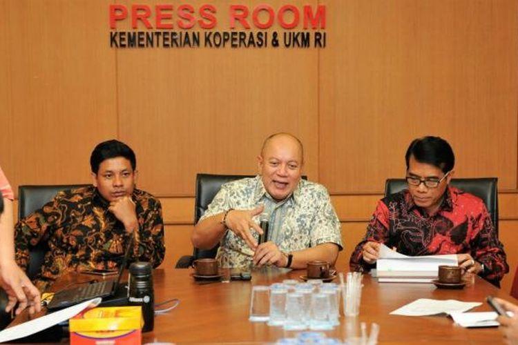 Deputi Bidang Pengembangan Sumber Daya Manusia (SDM) Kementerian Koperasi dan UKM Prakoso BS (tengah) saat jumpa pers di Kantor Kementerian Koperasi dan UKM Kuningan, Jakarta, Rabu (11/1/2017).