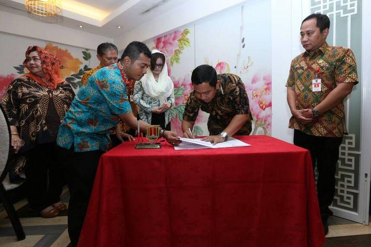 Penandatanganan MoU kerja sama antara Wali Kota Semarang Hendar Prihadi dengan Bupati Kendal Mirna Annisa, Kamis (8/6/2017).