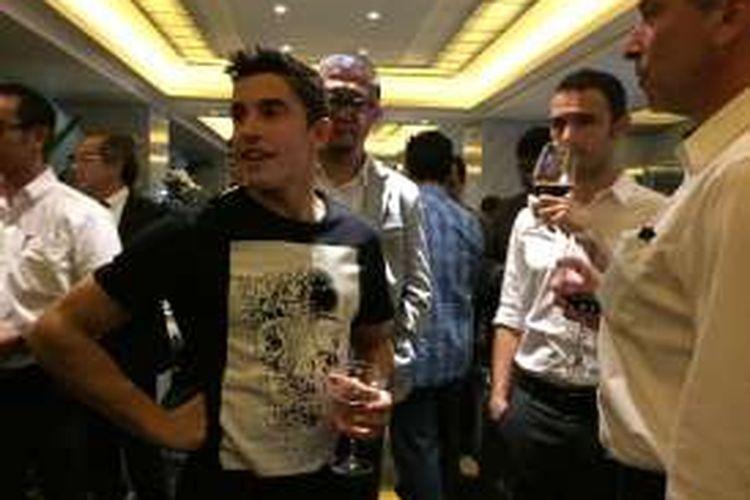 Pebalap Repsol Honda asal Spanyol, Marc Marquez, bereaksi saat acara makan malam bersama media di Hotel Mulia Senayan, Senin (24/10/2016).