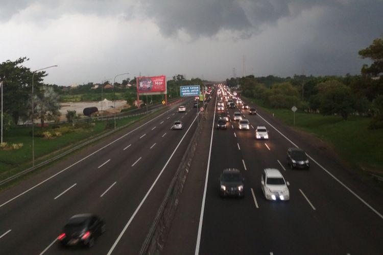 Lalu lintas Tol Jakarta-Cikampek menuju Jakarta dipantau dari KM 57 nampak padat.