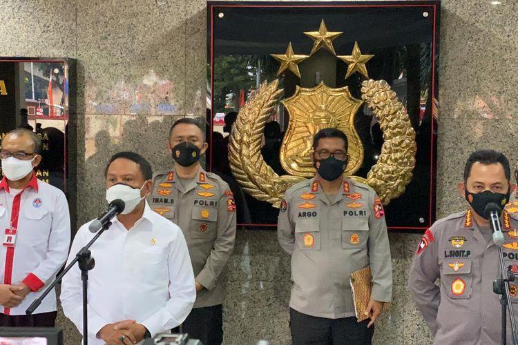 Kapolri Jenderal Listyo Sigit Prabowo (depan kanan) mengadakan pertemuan dengan Menpora Zainudin Amali (depan kiri) terkait penerbitan izin penyelenggaraan Liga 1 2021 di Mabes Polri, Senin (23/8/2021).