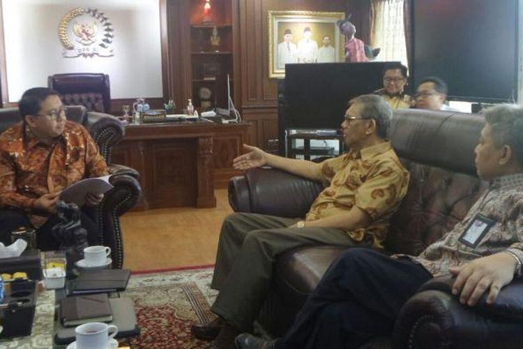 Wakil Ketua DPR RI Fadli Zon saat menerima kunjungan Komisi Apararur Sipil Negara (KASN) di ruangannya di Gedung Nusantara III, Kompleks Parlemen, Senayan, Jakarta, Rabu (25/1/2017).