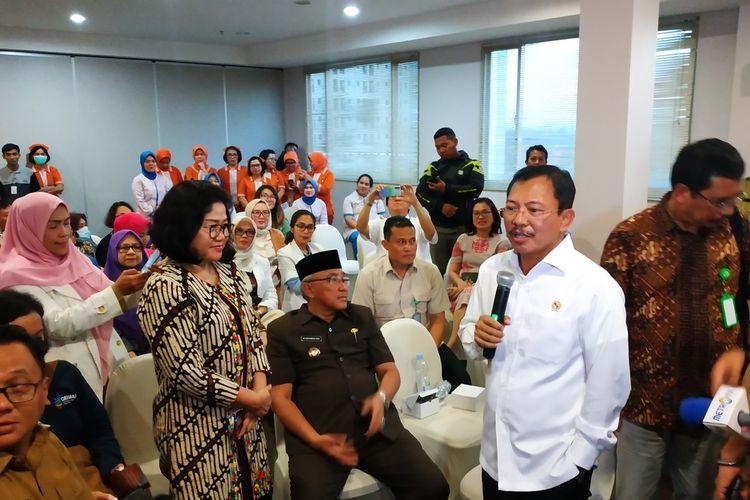 Menteri Kesehatan RI Terawan Agus Putranto (kanan, kemeja putih) dan Direktur RS Mitra Keluarga Depok Elisabeth Setyowati (kiri, berbatik) di RS Mitra Keluarga Depok, Senin (2/3/2020).