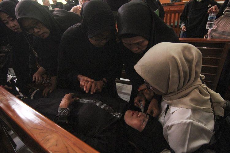 Seorang jamaah pingsan saat mendengar penundaan Sidang putusan di Pengadilan Negeri, Depok, Jawa Barat, Senin (25/11/2019). Sidang putusan gugatan perdata kasus First Travel ditunda hingga 2 Desember 2019. ANTARA FOTO/Asprilla Dwi Adha/foc.