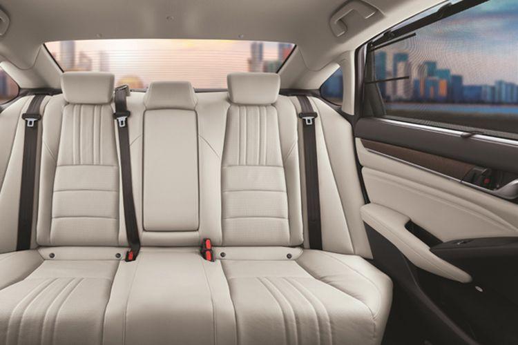 Kaca belakang Honda Accord dilengkapi tirai untuk privasi penumpang belakang