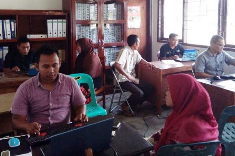 Penyidik dari Polres Aceh Timur memeriksa sembilan saksi dalam kasus dua kali coblos di Aula Kantor Camat Nurussalam, Aceh Timur, Jumat (24/2/2017)