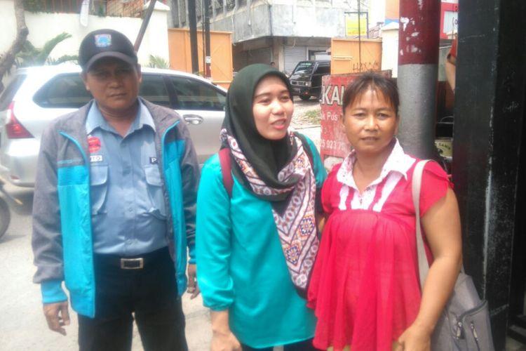 Petugas Dinas Sosial menemukan Purwati (baju merah muda), pedagang kopi keliling yang anaknya diberangkatkan ke Kanada untuk menjadi pembicara di pertemuan WHO.