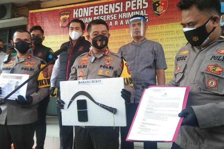 Kapolres Karawang AKBP Aldi Subartono dan jajaran menunjukkan barang bukti kasus begal di Lingkar Luar Karawang saat press release di Mapolres Karawang, Senin (30/8/2021).