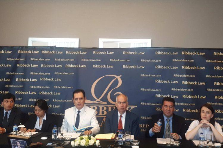 Pengacara dari Ribbeck Law Chartered, Manuel von Ribbeck (berjas putih), saat konfersi pers di Hotel Ritz-Carlton, Jakarta Selatan, Rabu (12/12/2018).