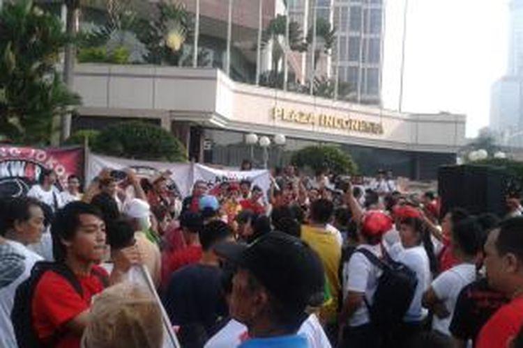 Sejumlah pendukung calon presiden dan wakil presiden Joko Widodo-Jusuf Kalla (Jokowi-JK) mengambil sudut kecil di pusat kota Jakarta, tepatnya di depan Plaza Indonesia, pada acara Hari Bebas Kendaraan Bermotor atau car free day, Minggu (01/06/2014).