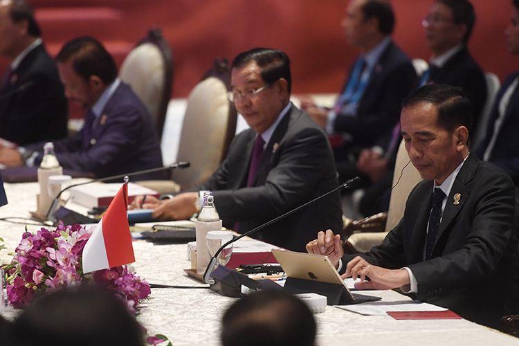 Presiden Joko Widodo (kanan) mengikuti sesi pleno KTT ke-35 ASEAN di Bangkok, Thailand, Sabtu (2/11/2019). Sebelumnya, Menteri Luar Negeri Retno Marsudi menyatakan, di KTT tersebut Presiden akan menekankan empat bidang kerja sama guna meningkatkan ekspor dan investasi yang masuk ke Indonesia.