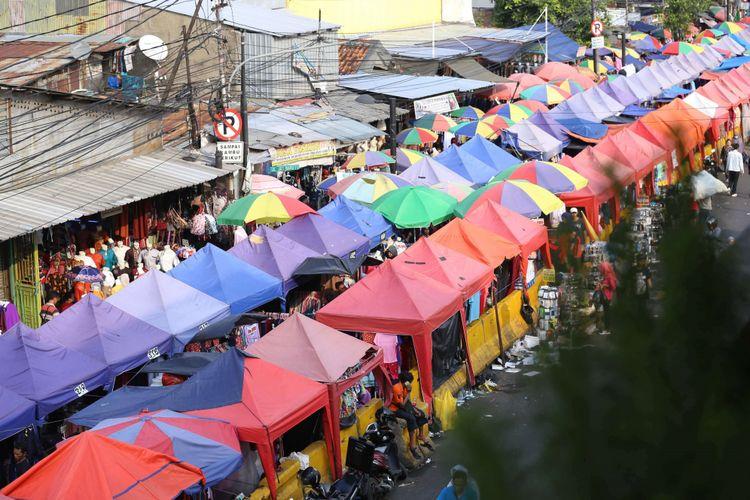 Penjual menawarkan dagangan kepada pembeli di Pasar Tanah Abang, Jakarta, Senin (4/6/2018). Jelang hari Raya Idul Fitri 1439 Hijriah sejumlah warga mulai memadati pasar Tanah Abang untuk membeli pakaian untuk dijual kembali atau digunakan.