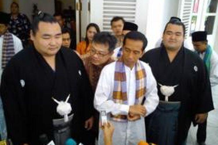 Gubernur DKI Jakarta Joko Widodo diapit dua atlet sumo asal Jepang Kakuryu dan Koto Shogiku di Balaikota DKI, Jumat (23/8/2013).