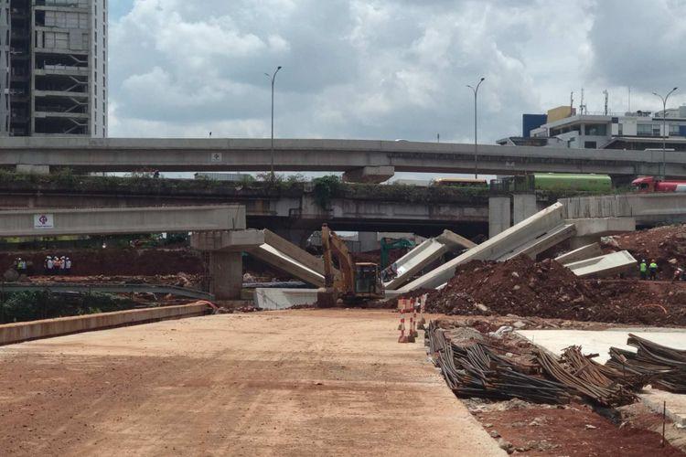 Jembatan Tol Depok-Antasari roboh, Selasa (2/1/2018).