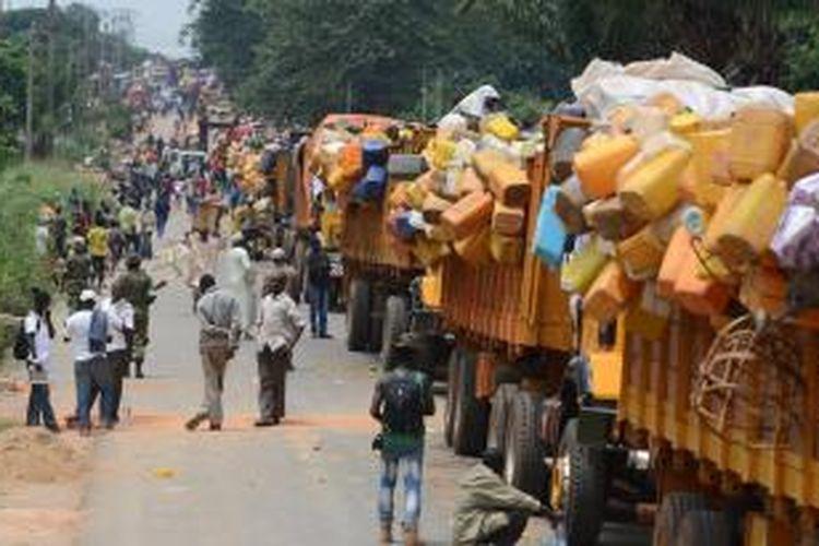 Belasan truk dipenuhi harta benda warga Muslim  Republik Afrika Tengah (RAT) bersiap meninggalkan distrik PK-12, ibu kota Bangui untuk mencari wilayah yang aman di Chad.