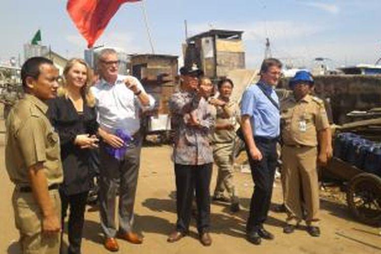 Walikota Jakarta Utara, Heru Budi Hartono, bersama perwakilan pemerintah Belanda, meninjau kawasan Muara Baru, Jakarta Utara, Rabu (2/4/2014).