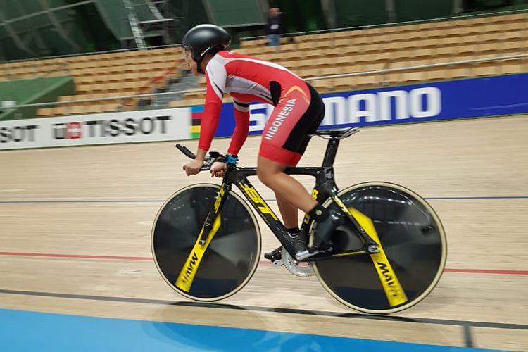 Pebalap sepeda putri Indonesia nomor pertandingan track, Crismonita Dwi Putri.