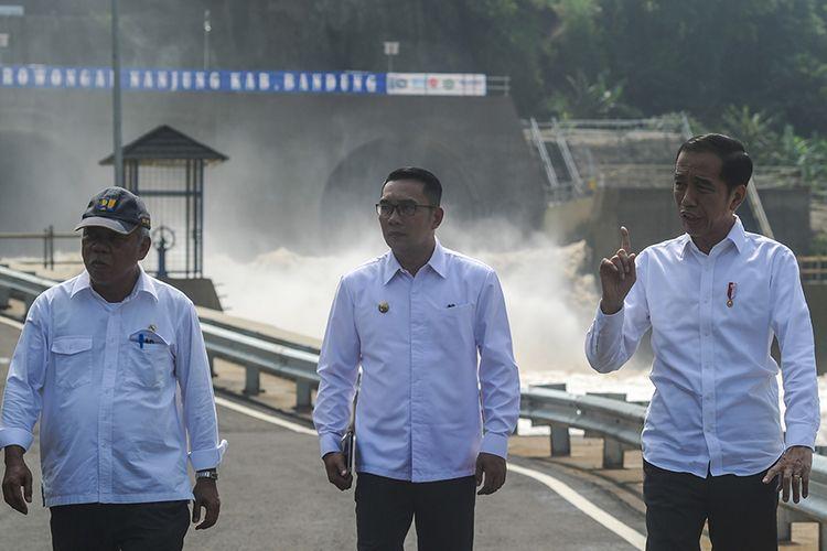 Presiden Joko Widodo (kanan) berbincang dengan Menteri PUPR Basuki Hadimuljono (kiri) dan Gubernur Jawa Barat Ridwan Kamil (tengah) saat peresmian Terowongan Air Nanjung di Margaasih, Kabupaten Bandung, Jawa Barat, Rabu (29/1/2020). Presiden Jokowi meresmikan Terowongan Nanjung sepanjang 230 meter dengan diameter 8 meter yang dibangun sebagai salah satu langkah penanggulangan banjir di kawasan Bandung Selatan.