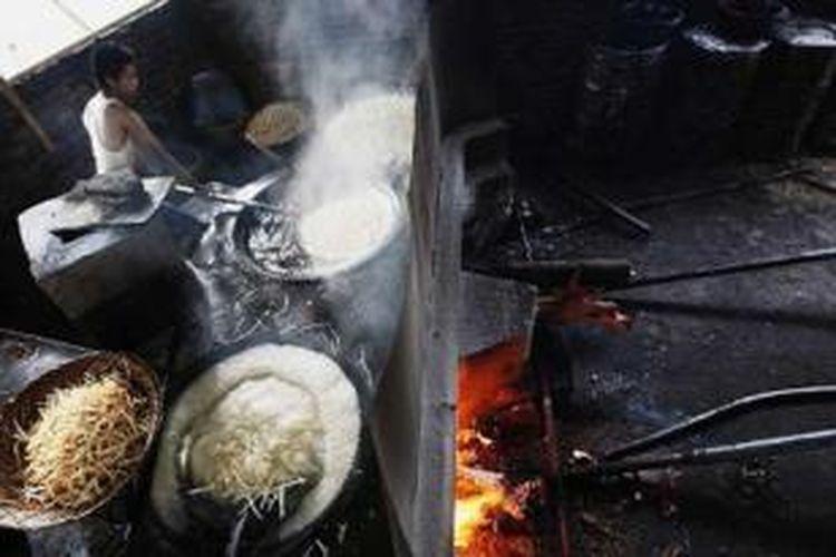 Proses menggoreng keripik sanjai di Sanjai, Bukittinggi, Sumatera Barat.