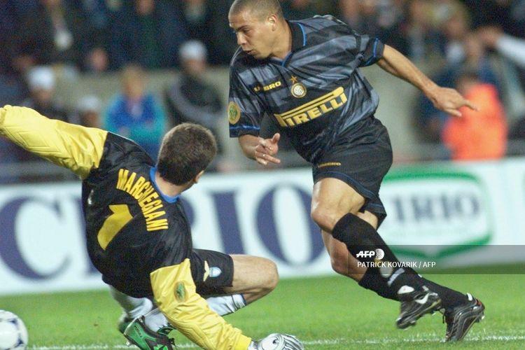 Striker Inter Milan, Ronaldo Luiz Nazario da Lima, mendribel melalui kiper Lazio, Luca Marchegiani, pada final Piala UEFA 1998 di Parc des Princes, 6 Mei 1998.