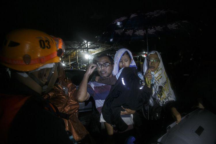 Tim SAR gabungan melakukan evakuasi warga terdampak banjir di Imogiri, Bantul, DI Yogyakarta, Minggu (17/3/2019). Hujan deras yang turun sejak Sabtu (16/3/2019) mengakibatkan banjir dan tanah longsor di sejumlah titik Kabupaten Bantul. ANTARA FOTO/Hendra Nurdiyansyah/wpa.