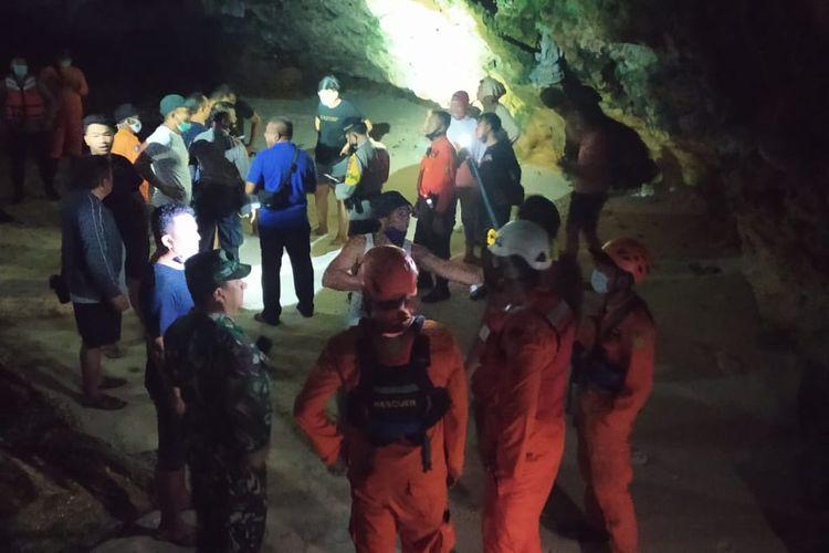 Basarnas Bali evakuasi 13 mahasiswa terjebak di karang saat air pasang, di Pantai Suluban, Badung, Bali.
