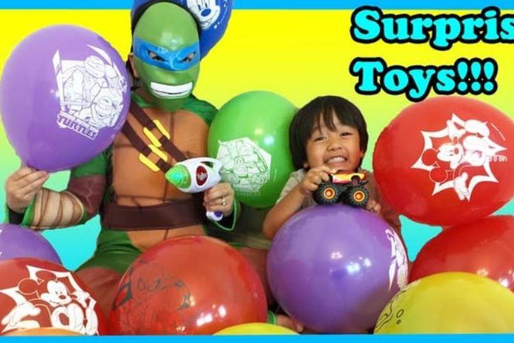 Aksi Ryan saat merngulas mainan yang baru dibelinya