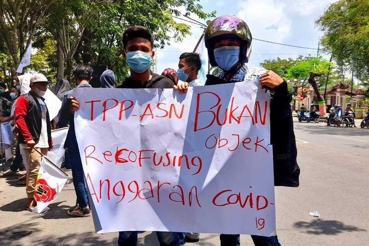 Keluarga ASN yang ikut unjuk rasa ke kantor Bupati Pamekasan pada Kamis (25/3/2021) menolak penghapusan TPP ASN dengan membawa poster bahwa TPP bukan obyek refocusing anggaran untuk penanganan covid-19.