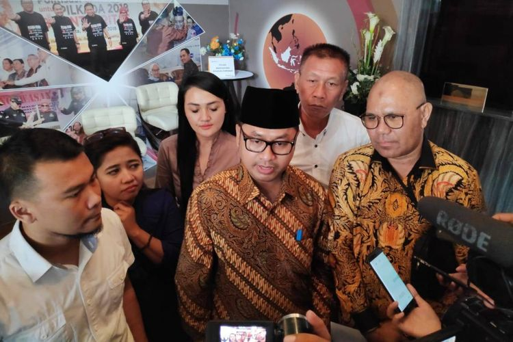 Tim Advokat Indonesia Bergerak (TAIB) melaporkan Ridwan Kamil ke Bawaslu atas dugaan kampanye di luar jadwal, di kantor Bawaslu, Jakarta Pusat, Selasa (12/2/2019).