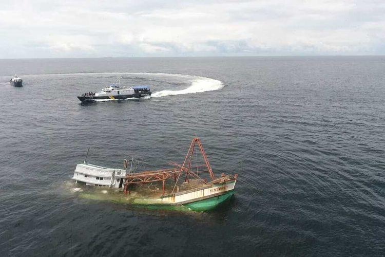 Kementerian Kelautan dan Perikanan (KKP) dan Kejaksaaan memusnahkan 4 kapal asing ilegal berbendera Vietnam di Pulau Datok, Kabupaten Mempawah, Kalimantan Barat (Kalbar), Kamis (25/3/2021).