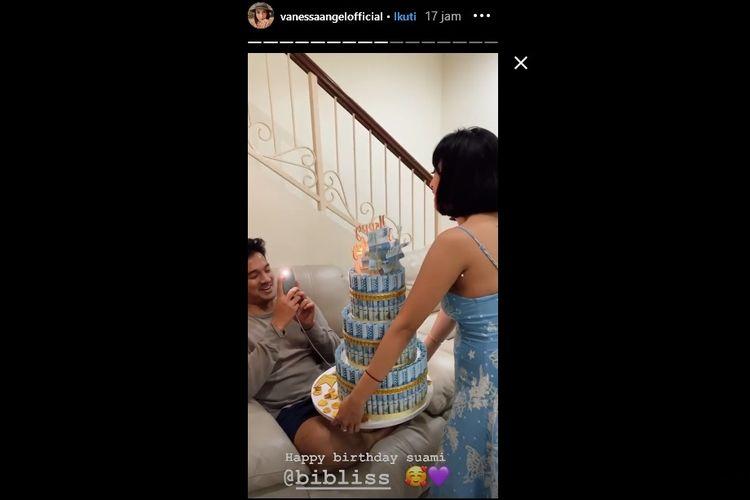 Vanessa Angel memberikan kue ulang tahun yang dibentuk dari gulungan uang untuk suaminya, Bibi Ardiansyah.