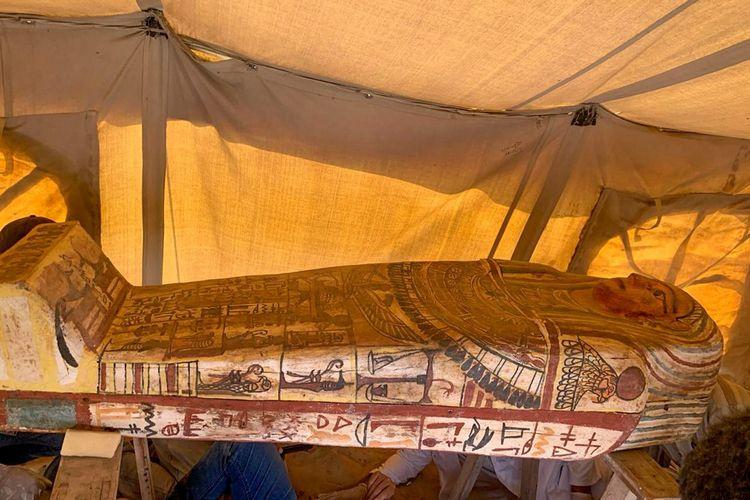 Sebuah gambar dirilis Kementerian Purbakala Mesir pada tanggal 20 September 2020, menunjukkan satu dari 14 peti mati berusia 2.500 tahun yang ditemukan di sebuah lubang pemakaman di pekuburan gurun Saqqara di selatan ibu kota. - Kementerian Purbakala Mesir mengumumkan penemuan 14 peti mati baru di daerah Saqqara yang terkubur selama sekitar 2500 tahun.