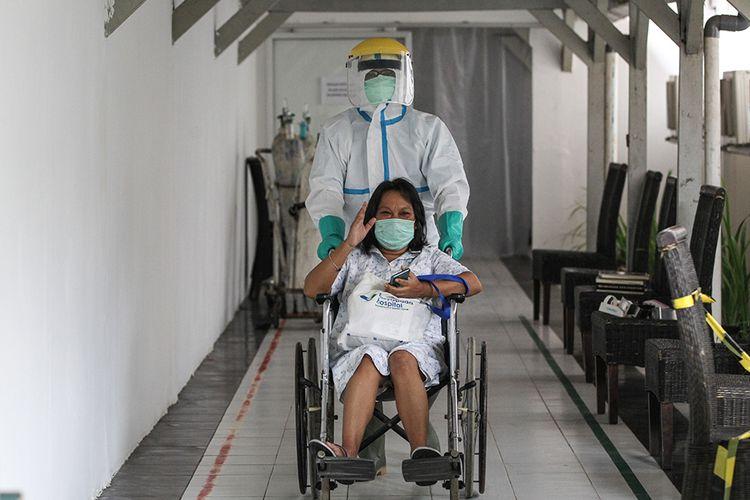 Esfia Pangaribuan meninggalkan RSUD Kota Bogor, Senin (11/5/2020). Esfia dinyatakan sembuh dari Covid-19 setelah dirawat selama sebulan di rumah sakit.