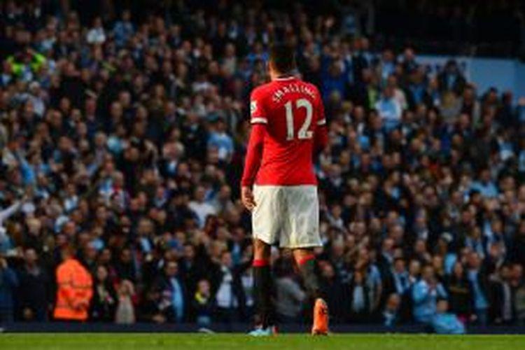 Bek Manchester United Chris Smalling meninggalkan lapangan setelah menerima kartu kuning kedua, pada menit ke-39 pertandingan Premier League melawan Manchester City, di Etihad Stadium, Minggu (2/11/2014).