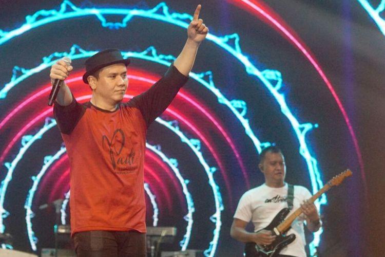 Vokalis PADI Reborn, Fadly, saat beraksi di panggung Larut Dalam Harmony yang digelar diThe Kasablanka Hall, Menteng Dalam, Tebet, Jakarta Selatan, Jumat (4/5/2018) malam.